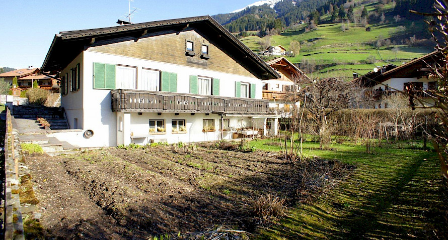 Detached house in best location with large plot - to be renovated Bild