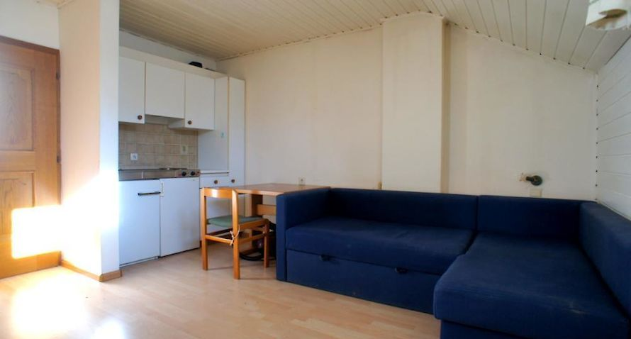 one roomed apartment with carpark Bild